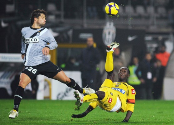 Ribas Da Cunha Diego of Juventus FC competes for the ball with Zapata Valencia of Udinese Calcio during the Serie A match between Juventus and Udinese at Stadio Olimpico di Torino on November 22, 2009 in Turin, Italy.