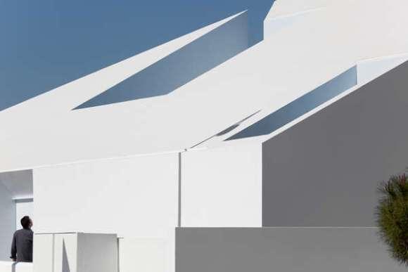 Exterior View (Image Courtesy Fernando Guerra, Sergio Guerra)