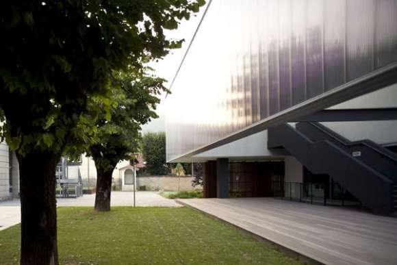 The library entrance courtyard (photo: Alessandra Bello)