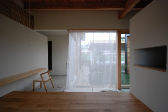 Courtyard window from living3 (Image Courtesy Mitsutomo Matsunami)