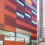 Facade alternating openings and solid timber panels of different color : Image Courtesy Florian Kleinfenn