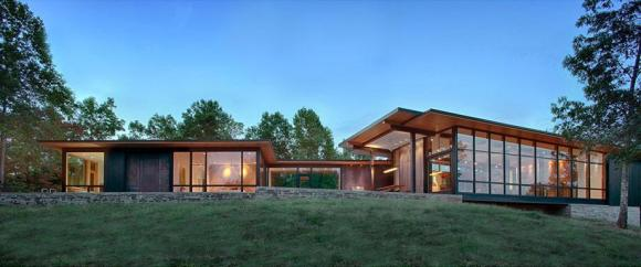 Southern elevation with main living areas to the right and the master suite to the left, Image Courtesy © Carlton Architecture + DesignBuild