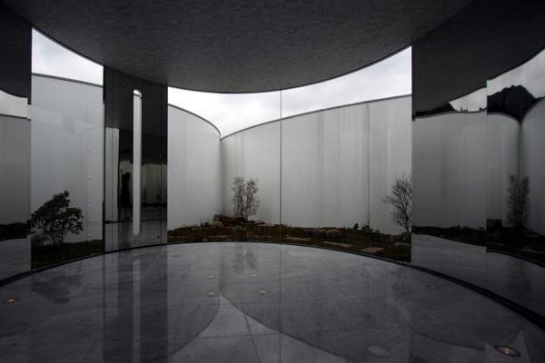the lounge facing to the court, Image Courtesy © Makoto yokomizo