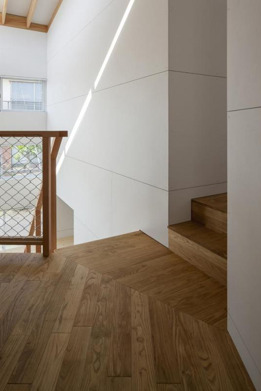 Flooring of natural domestic chestnut. The small steps is devided the space gradually, Image Courtesy © Satoshi Asakawa