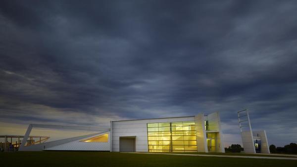 The north entry façade glows like a porch light awaiting guests, Image Courtesy © Gray City Studios (Scott McDonald)