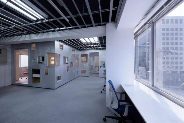 Interior overview, employee workspaces are located in all areas besides the box insertions, Image Courtesy © Yasutake Kondo
