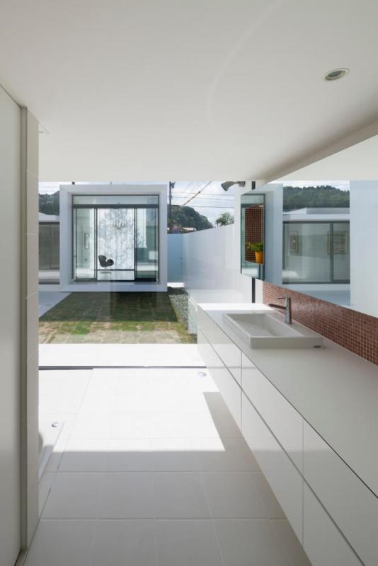 South garden and studio viewed from bathroom, Image Courtesy © Hiroshi UEDA