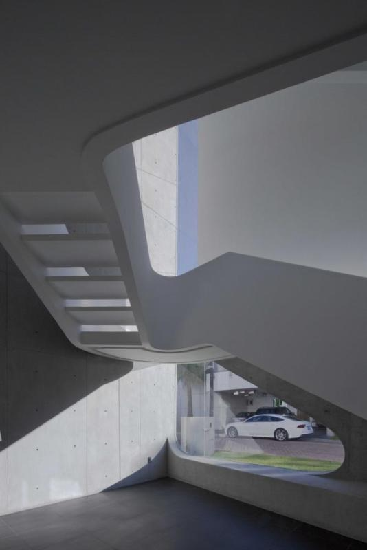 Start of the curved stairs, Image Courtesy © Onnis Luque