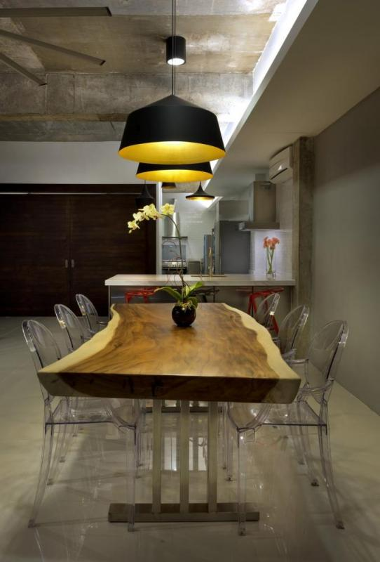Dining table customised from a large cross section of Suar timber, Image Courtesy © H. Lin Ho