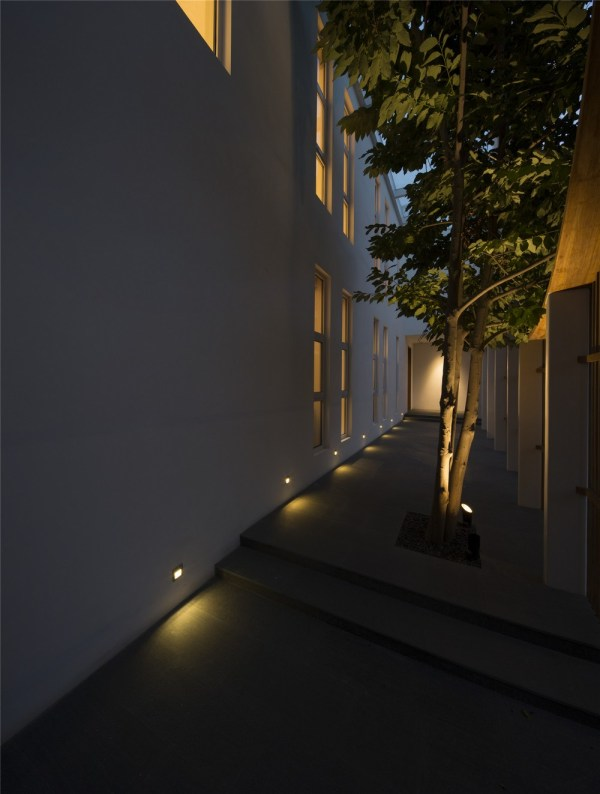 The night view of the front porch, Image Courtesy © Zou Bin