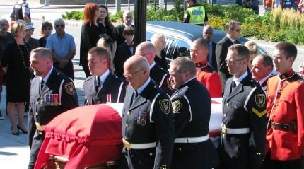 L'ancien député franco-ontarien d'Ottawa-Vanier, Mauril Bélanger, a été enterré samedi 27 août à Ottawa.  Benjamin Vachet