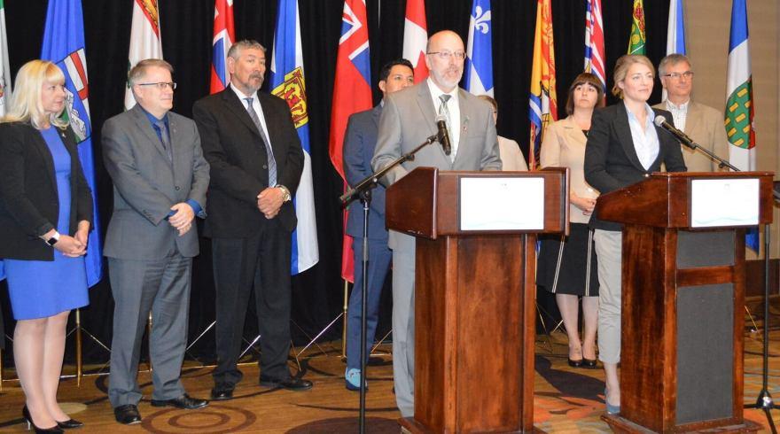 Perry Trimper, ministre responsable de la francophonie à Terre-Neuve-et-Labrador, et Mélanie Joly, ministre du Patrimoine canadien, entourés des ministres  provinciaux et territoriaux responsables de la francophonie lors de la Conférence ministérielle sur la francophonie canadienne à St. John's, le 23 juin 2016.  François Pierre Dufault