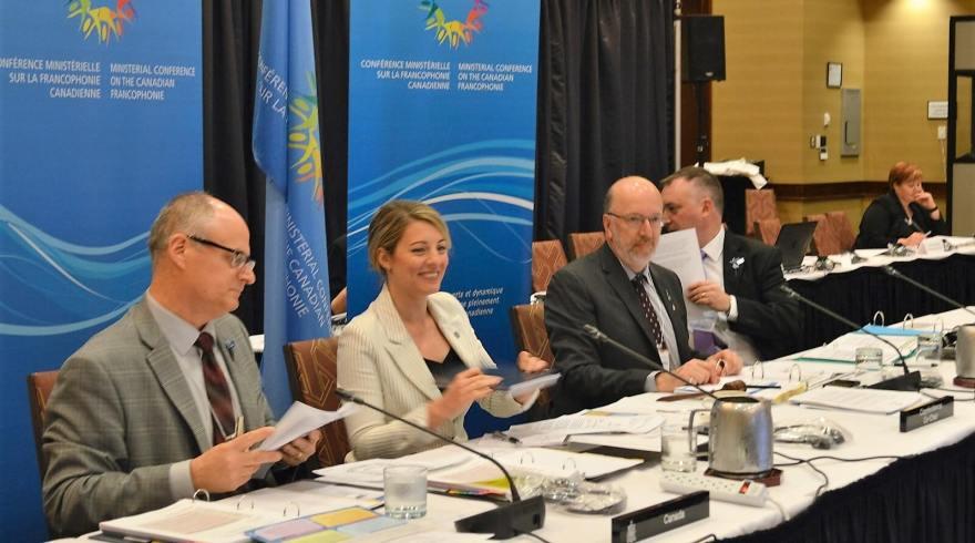 La ministre du Patrimoine canadien, Mélanie Joly, flanquée à droite de son homologue provincial Perry Trimper, responsable de la francophonie à Terre-Neuve-et-Labrador,  François Pierre Dufault