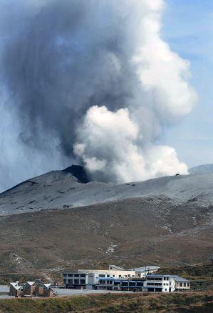 阿蘇噴火 噴石が火口から1キロの範囲で飛散する噴火は、90年4月の噴火以来