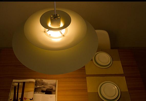 北欧モダンのお部屋にペンダント型の間接照明