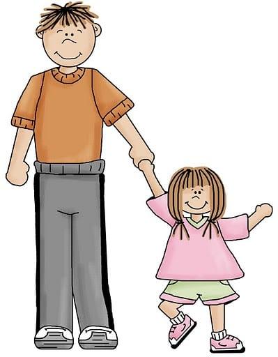 nina con su papa de la mano caminando