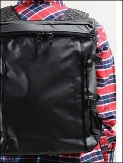 タウンユース 街中 ザノースフェイス プロヒューズボックス NM81452 リュック リュックサック デイパック バックパック ナップサック ザック コーディネート コーデ 服装 合せ方 合わせ方 あわせ方 参考 例 サンプル 説明 文章 記事 男性 赤と紺色 チェックの長袖シャツ カジュアル 格好