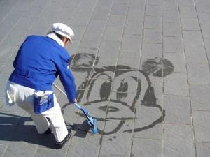 0c8046de7cfed3044ae62ec84b777694 300x225 ディズニーランドのカストーディアル(清掃員)のパフォーマンスがやばい!?|ディズニー都市伝説