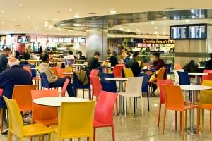 جاتب من المقاهي الموجودة في المطار