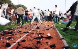 حرب الوسادات (المخدات) في اسطنبول  !!