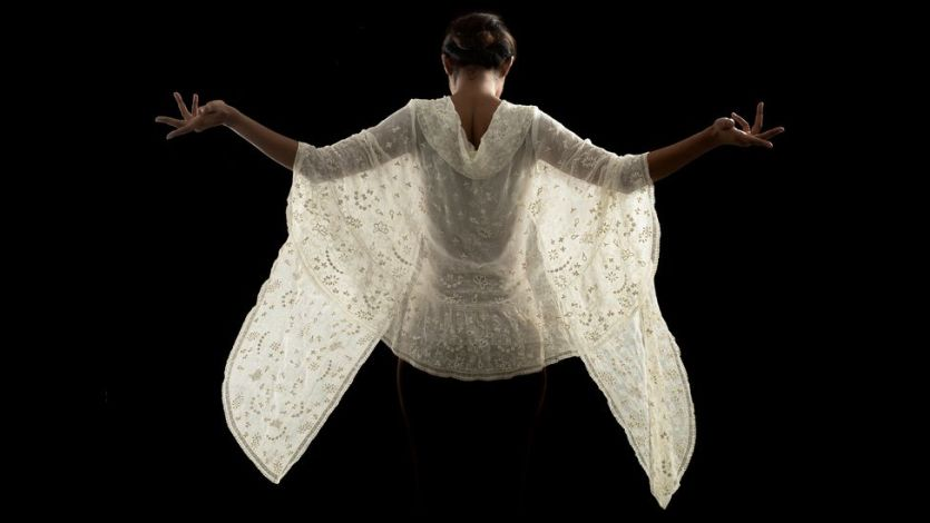 A model wearing a muslin stole from the 19th century (Credit: Drik/ Bengal Muslin)