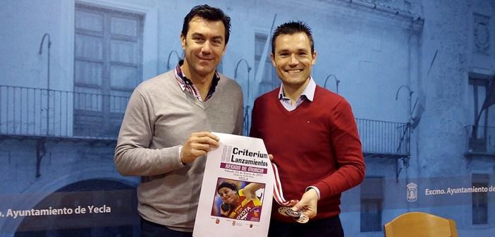 El presidente del ADA Yeclano José Andrés Santa y el concejal de Deportes Pedro Romero, en la presentación del Criterium / J. Ramón Martínez
