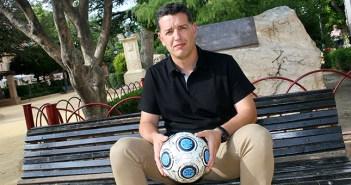 Alejandro Altamirano Sandroni, con el balón firmado por lo jugadores de aquel ascenso / Á. Ayala