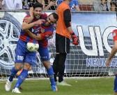 El 'show' de Vela y Tonete derrocan al líder (5-0)