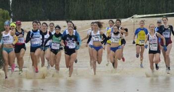 El grupo de cabeza compite contra la lluvia / Inma Azorín