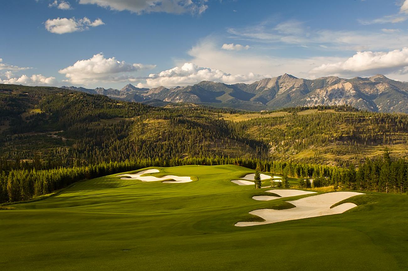 Tom Weiskopf-designed golf course in a mountain setting.