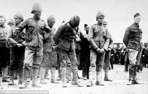 Churchill (derecha) prisionero en Sudáfrica.