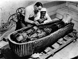 Carter trabajando en el sarcófago de Tutankamon.
