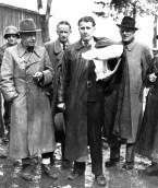 Rendición de von Braun, con el brazo enyesado debido a un accidente automovilístico.
