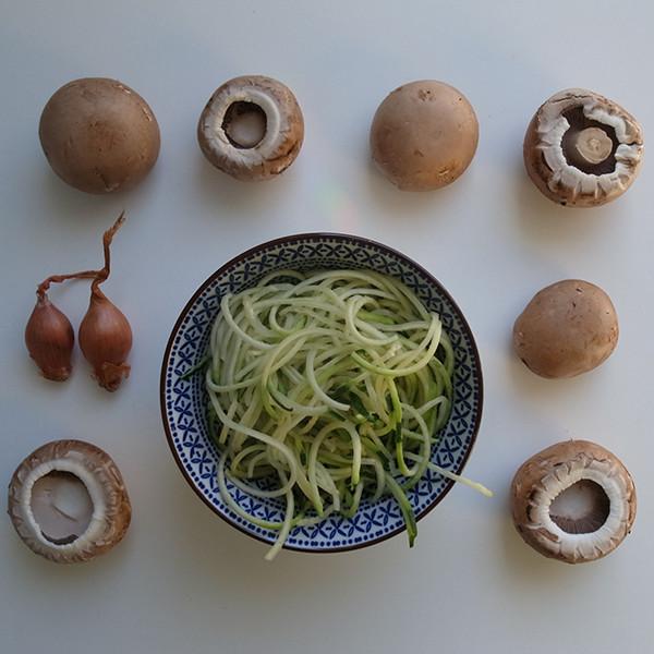 federleicht & sommerlich: vegane Zucchini Nudeln mit Pilzen und Knoblauch