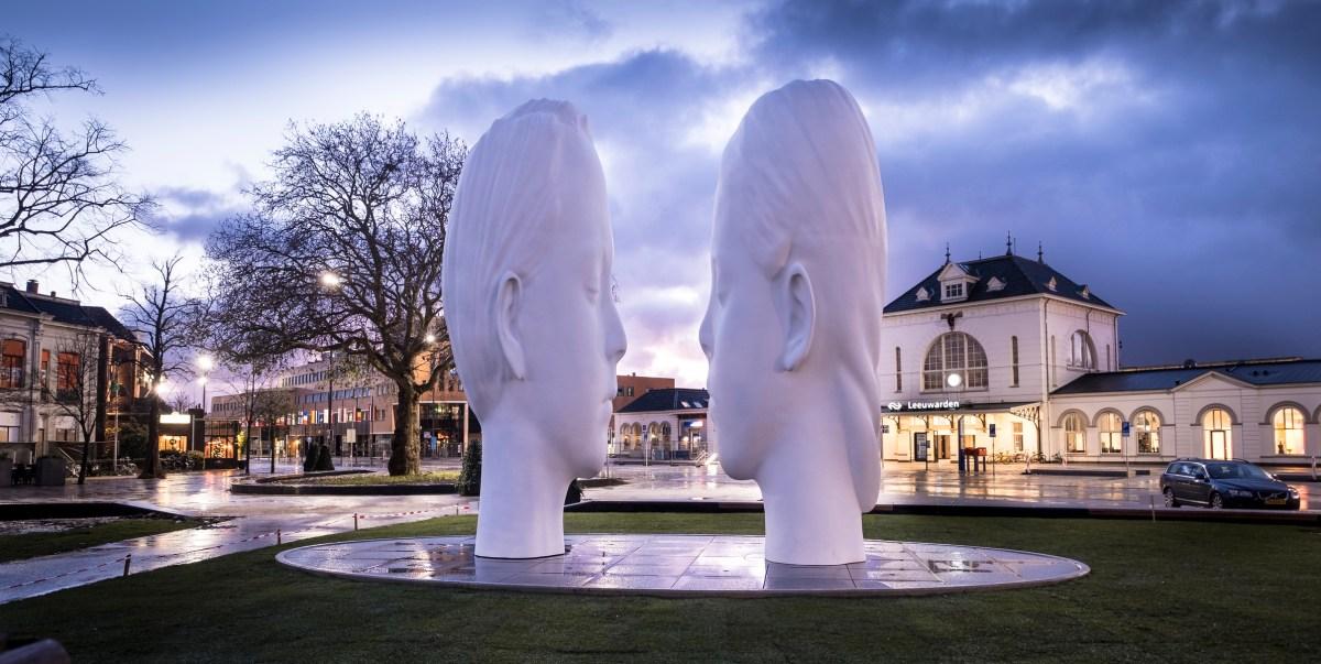 Leeuwarden #LF2018  11fontains De mistfontein Love van Jaume Plensa op het Stationsplein bij avond