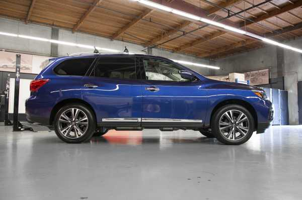 2017 Nissan Pathfinder side