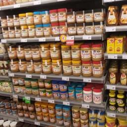 De-overvolle-schappen-van-een-gloednieuwe-supermarkt-2[1]