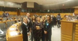 foto me organizatat rinore dhe parlamentaret e rinj te Parlamentit