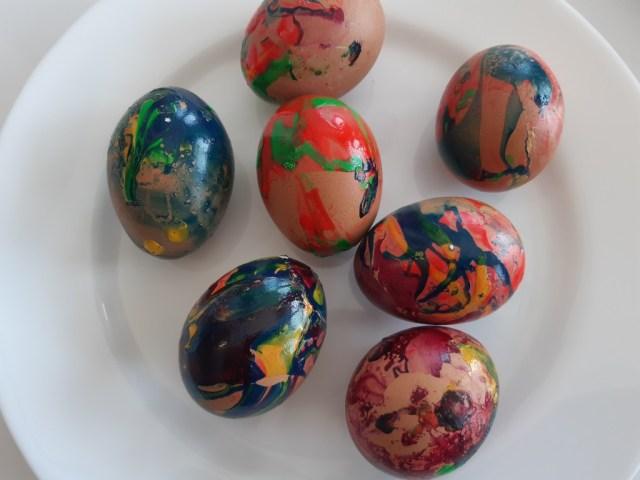 jajka malowane lakierem do paznokci