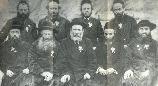 """זו איננה """" מועצת גדולי תורה"""". אלה הרבנים שנמנו עם מקימי ה""""מזרחי"""" בראשית המאה העשרים. הם אבות המוטציה של """"הכיפה הסרוגה"""" ."""