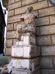 """הפצל שבפיאצה פסקינו ברומא עליו מודבקים פתקי מחאה וביקורת שממנו הגיעה המילה """"משקוויל"""" ליידיש."""
