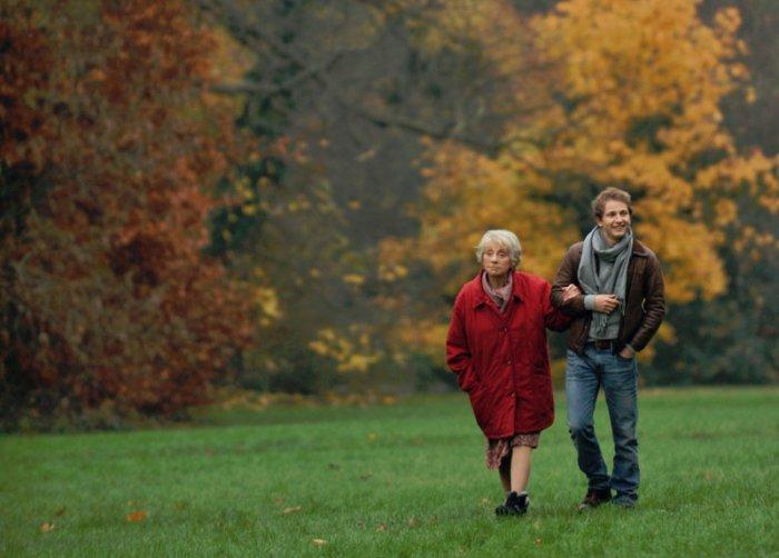 Romain (Mathieur Spinosi) und seine geliebte Grossmutter (Annie Cordy). (Bild: zVg)