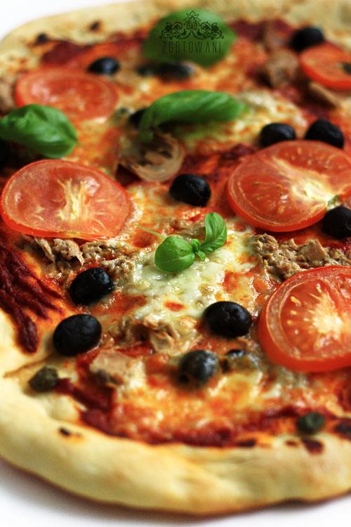 pizza-z-tunczykiem-oliwkami-i-kaparami-1