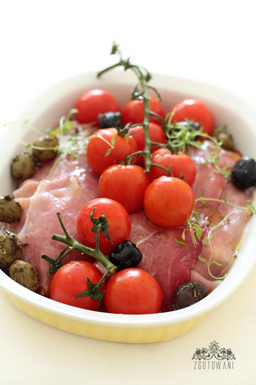 piersi-kurczaka-w-szynce-szwarcwaldzkiej-z-pomidormi-i-oliwkami-3