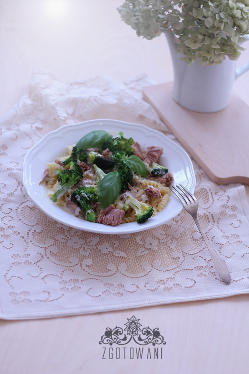 makaron-z-tunczykiem-brokulami-i-sosem-serowym-8