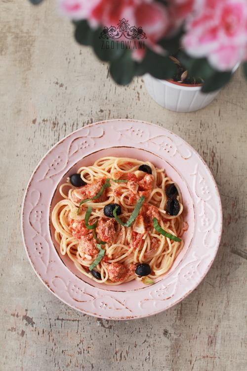 spaghetti-z-tunczykiem,-serem-feta-i-oliwkami-10