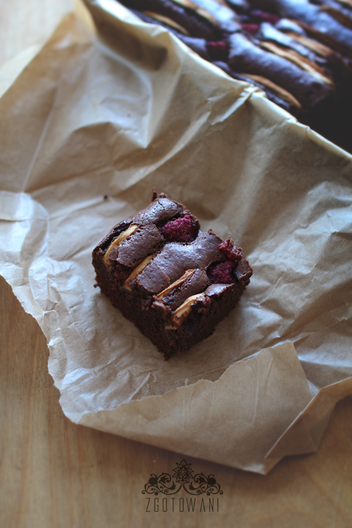 brownies-z-jablkami-i-malinami-7