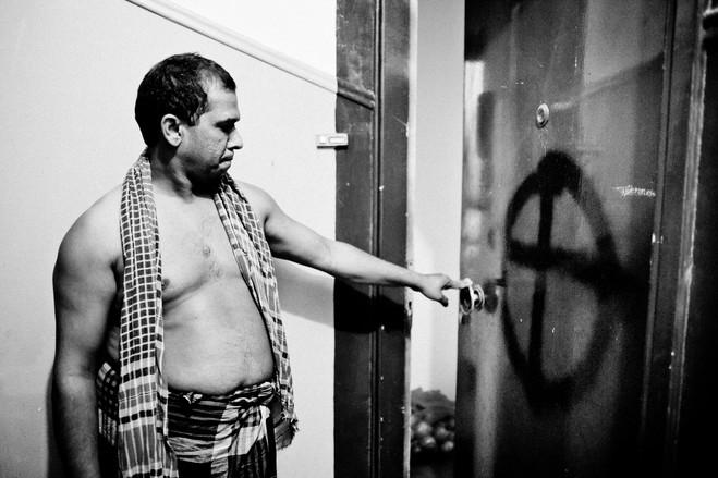 Συμμορίες νεο-ναζιστών επιτίθενται και τρομοκρατούν μετανάστες. Εδώ ένας Μπαγκλαντεσιανός δείχνει το εθνικιστικό σύμβολο που κάποιοι ζωγράφισαν με σπρέι στην πόρτα του .