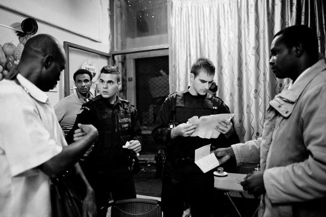 Αστυνομικοί που παίρνουν μέρος στην επιχείρηση ΞΕΝΙΟΣ ΔΙΑΣ, για την καταπολέμηση της λαθρομετανάστευσης, ελέγχουν έγγραφα σε bar κοντά στην πλατεία Ομονοίας.