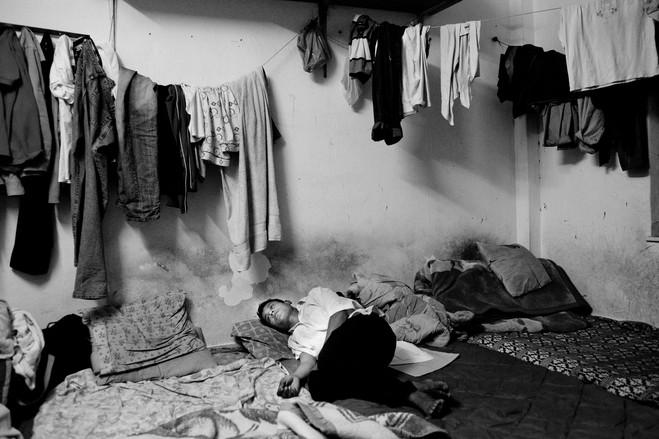 Οι μετανάστες γεμίζουν ασφυκτικά τα μικρά διαμερίσματα, με τα περισσότερα να μην έχουν νερό και θέρμανση.